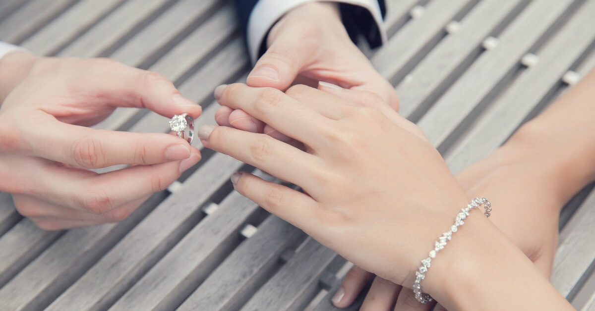 6 Ways to Find Out Her Ring Size Without Her Knowing